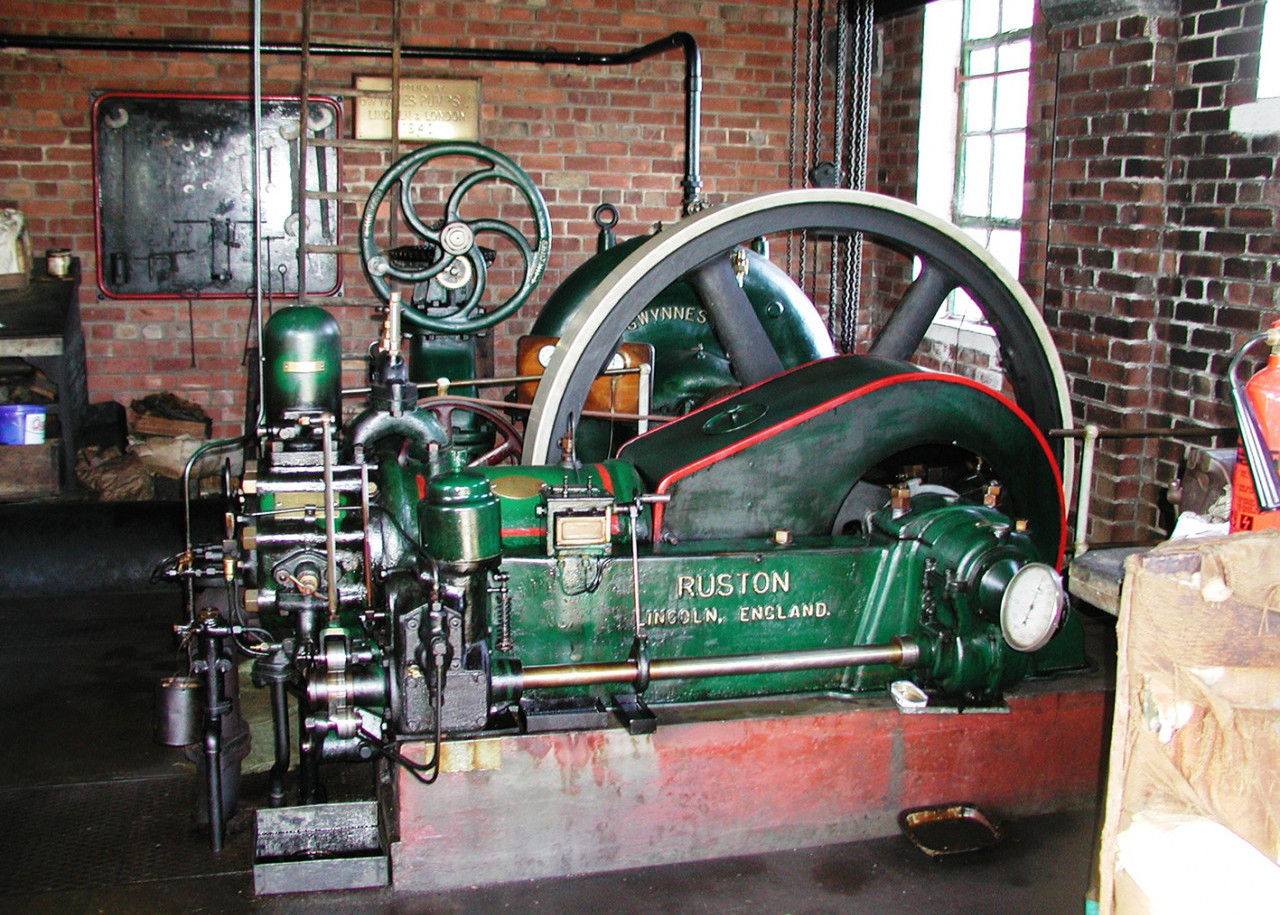 The engine house (steam on the R, diesel on the L