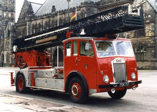 19_DENNIS-METZ_TURNTABLE_LADDER_1957.jpg