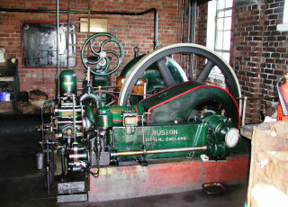 Ruston_and_Hornsby_7XHR_oil_engine,_1940.JPG