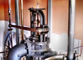 SOE_Flywheel,_valve_chest,_piston_cylinder_and_piston_.jpg